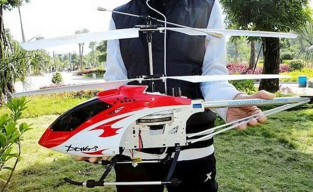 Helicóptero teledirigido rojo y blanco con 2 hélices