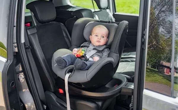 Bebé en dispositivo antiabandono para silla de coche